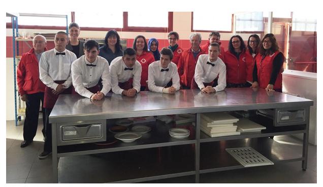 La alcaldesa, junto con la concejala de Bienestar Social, miembros de Cruz Roja y los alumnos del curso de ayudante de hostelería, que han colaborado en la elaboración del desayuno.