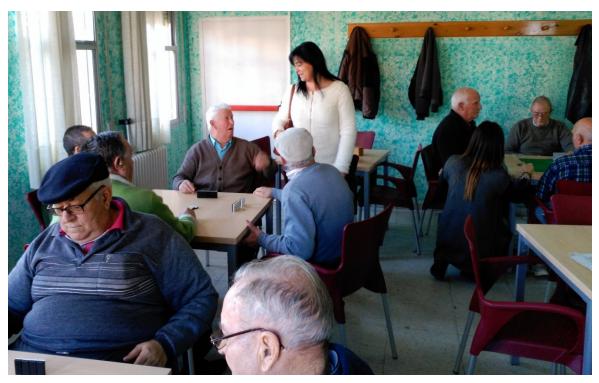 La alcaldesa y la concejala de Bienestar Social conversan con los usuarios de la sala de juegos del Hogar del Pensionista, que ayer estrenaron sillas, mesas y televisión plana.